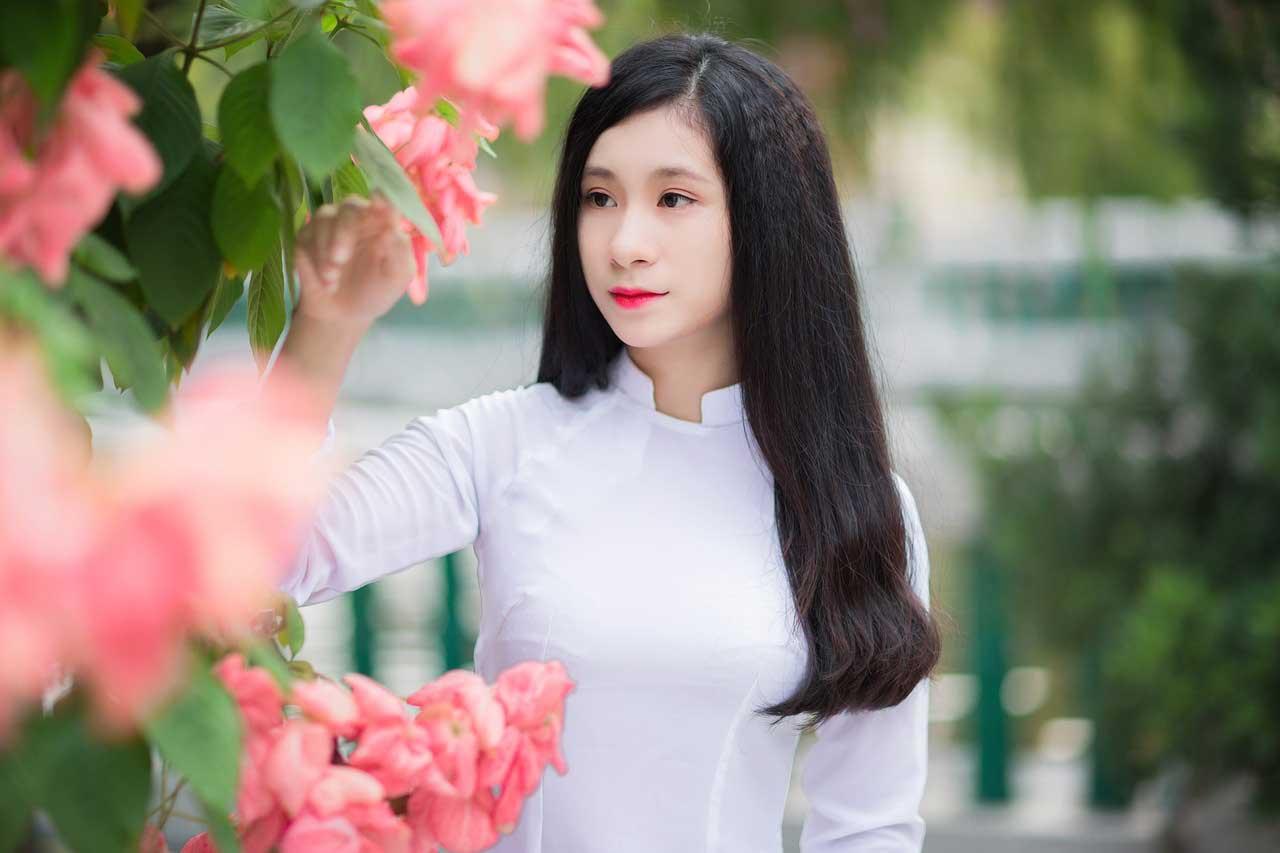 Vietnamese girl in white áo dài
