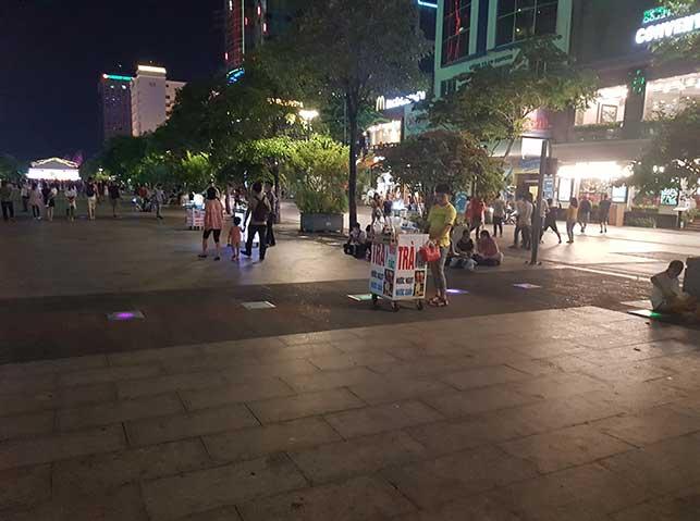 dating costs in vietnam: cheap street food vendor on nguyen hue street