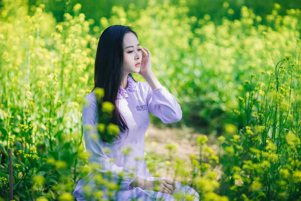 Vietnamaese girl in grasses
