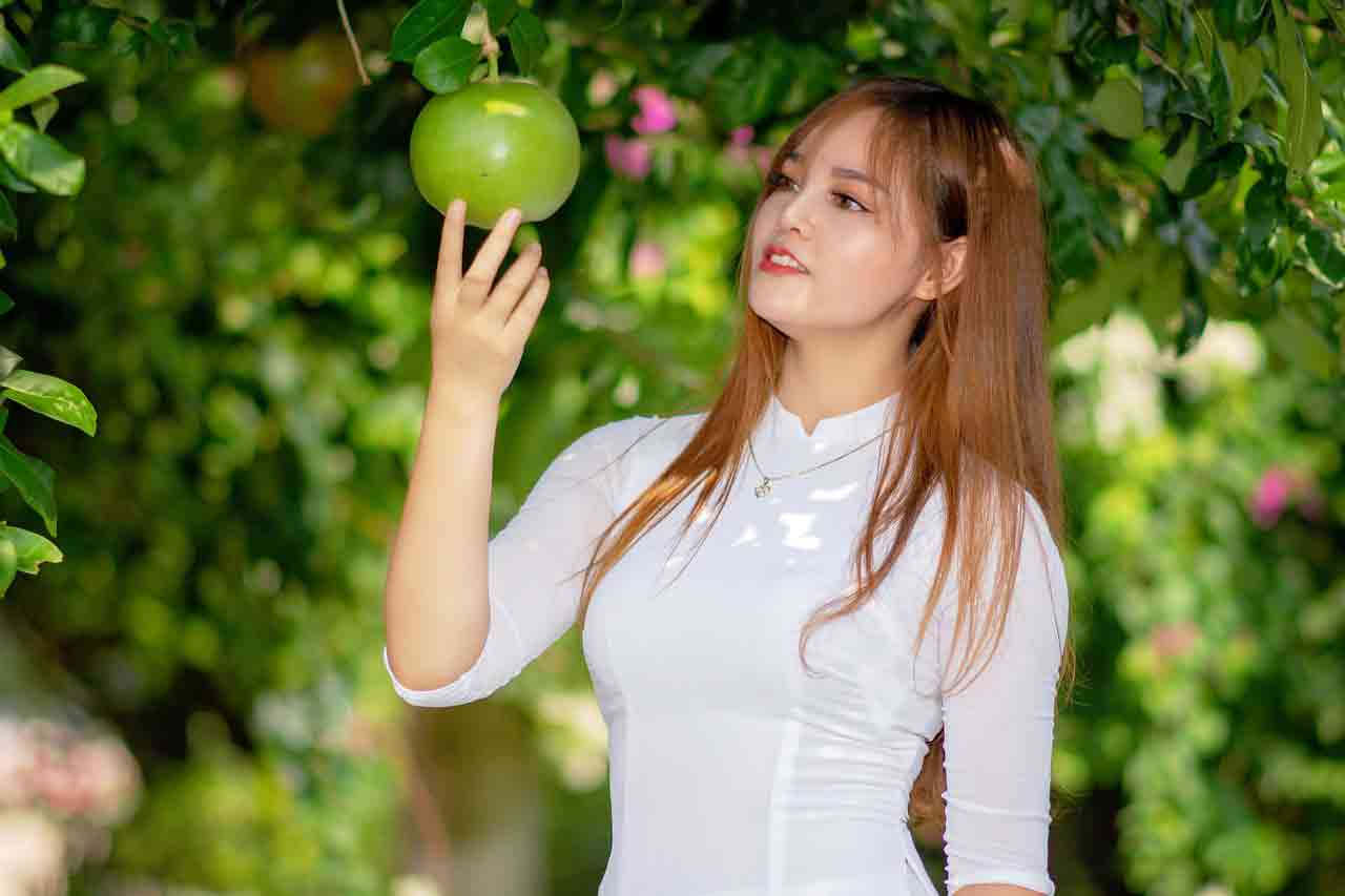 Vietnamese girl with apple