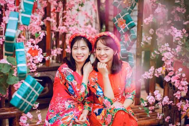 Vietnamese girls wearing red áo dài