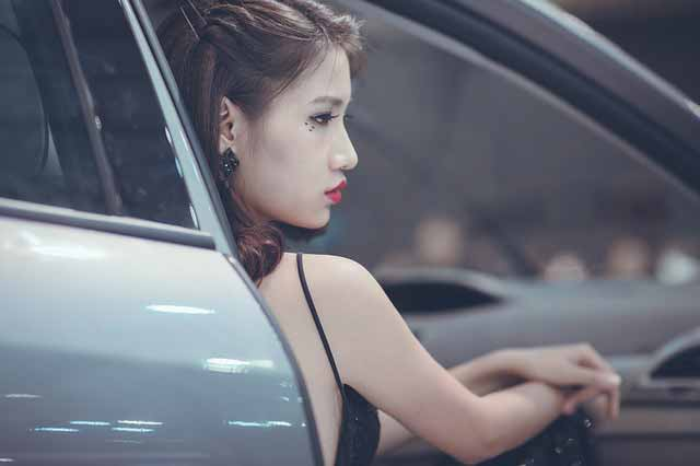 Vietnam dating scam: Vietnamese girl sitting in a car