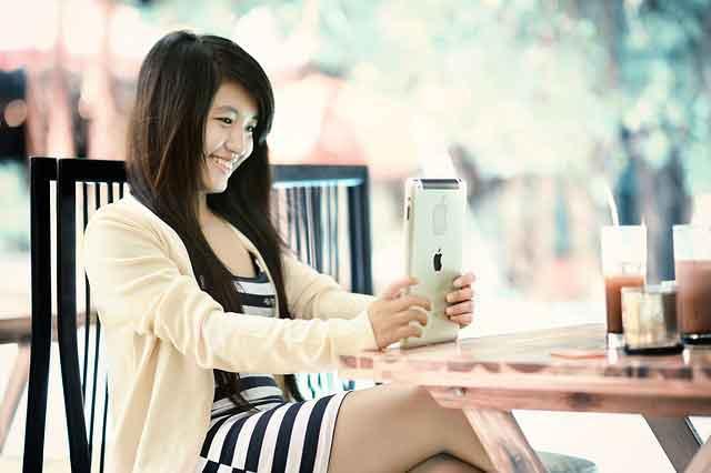 Online dating in vietnam: Vietnamese girl using a tablet