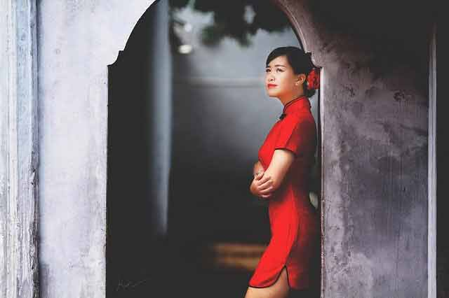 Vietnamese vs Chinese girl: Chinese girl wearing a traditional dress in red