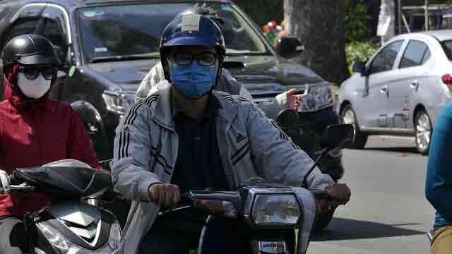 date in vietnam during the coronavirus: people wearing masks