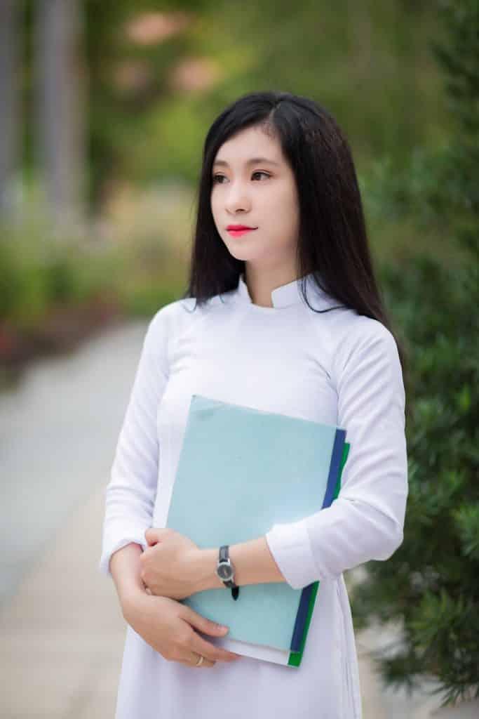 vietnamese girl in a white áo dài 2