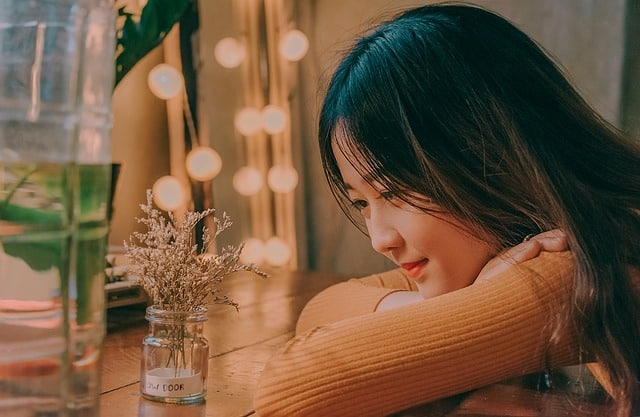 Vietnamese dating mistakes girl staring at vase
