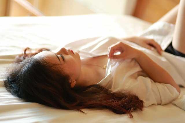 Vietnamese girl on bed dating a vietnamese girl