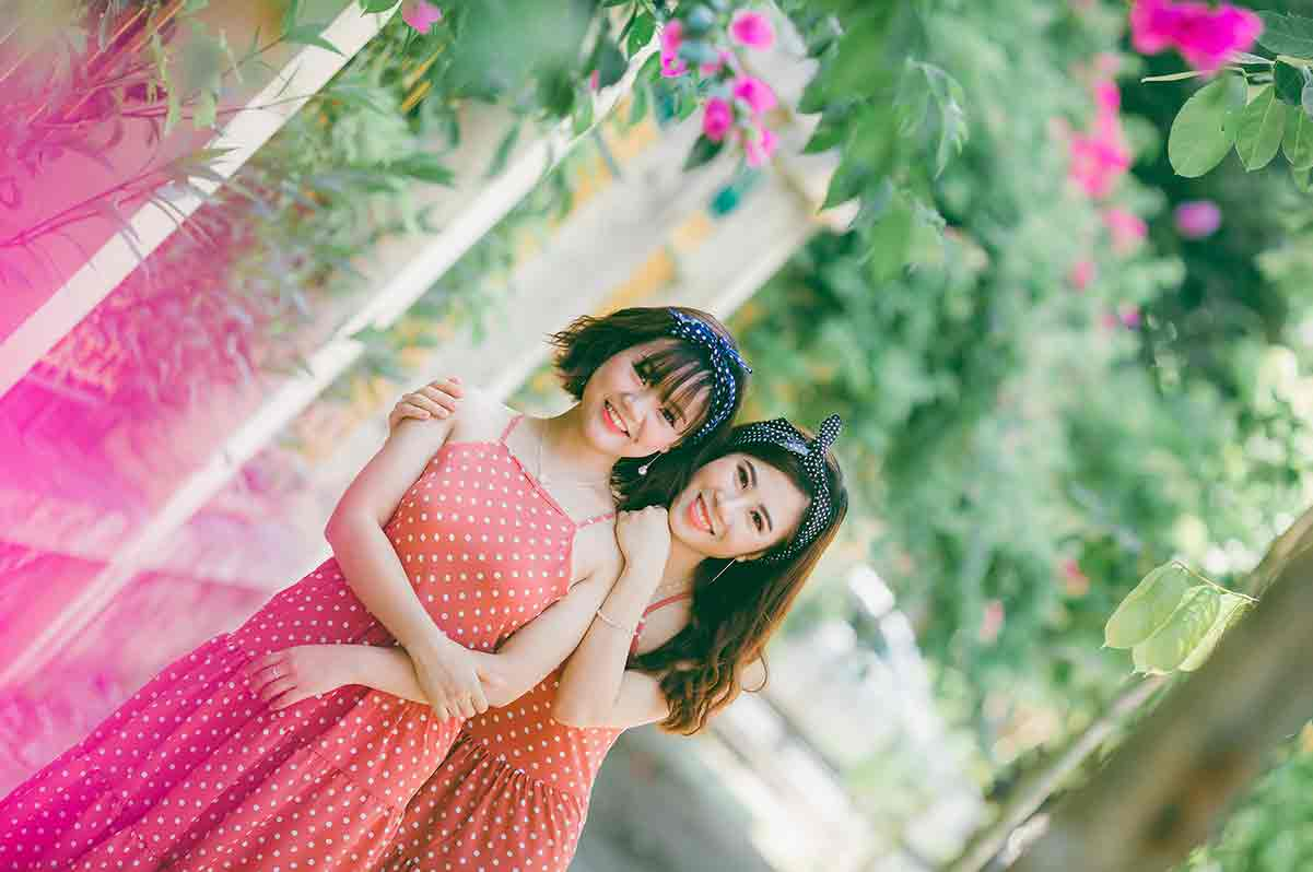 Vietnamese girls in red