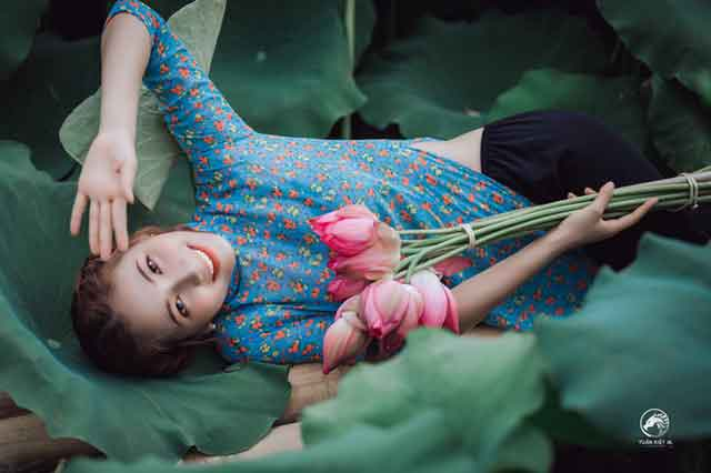 dating in Vietnam for foreigners: Vietnamese girl with flowers