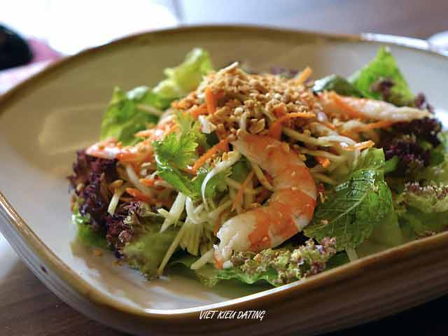 pros and cons of living in Vietnam: Vietnamese food