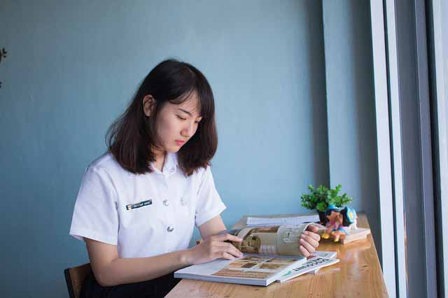 Dating a single mom in Vietnam: girl studying